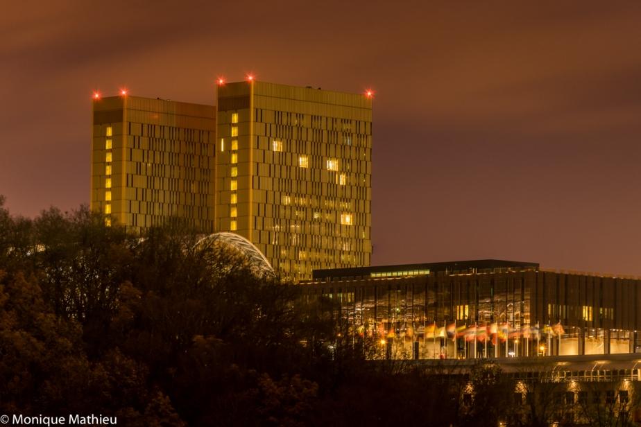 Abenddämmerung mit Sicht auf Gebäude vom Kirchberg.